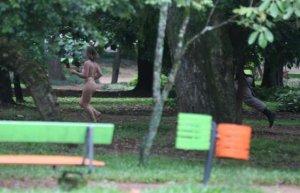 No Parcão, uma mulher de 30 anos atraiu olhares de frequentadores ao correr nua, em 30 de outubro. Ela foi detida pela Brigada Militar e levada a um posto de saúde – Foto: Diego Vara/Clic RBS - See more at: http://aconteceunovale.com.br/portal/?p=44888#sthash.K8dBI4a9.dpuf